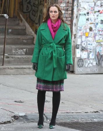 绿色大衣怎么搭配围巾 格子大衣搭配围巾 粉色大衣怎么搭