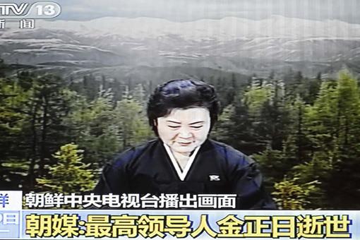 图为朝鲜女主播李春姬播报金正日逝世消息时电视截图.