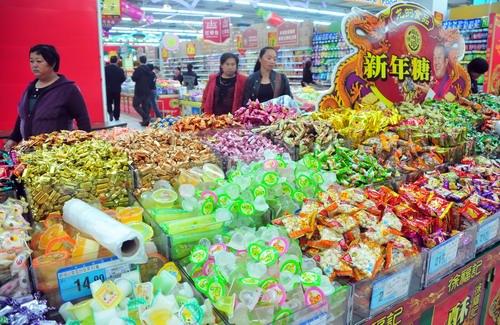 商报记者昨日走访了海口两大超市及水产码头了解到,今年的糖果饼干等