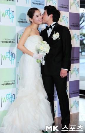 组图:韩棒球名将迎娶美女演员