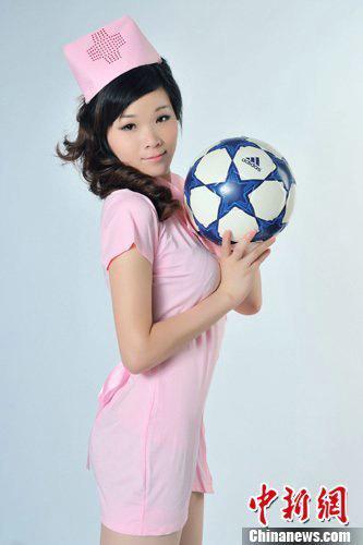 足球宝贝粉色护士照 俏皮可爱不失性感