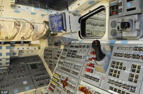 驾驶舱内,最引人注目的莫过于一系列巨大的按钮和显示屏.