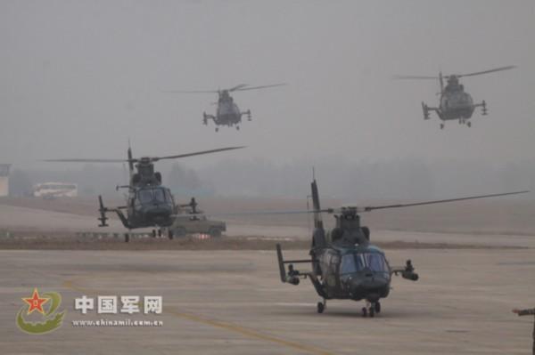 特战分队搭乘直升机实施索降,夺控敌方要点。   12月下旬,空降兵某直升机大队,在完成年度飞行训练任务之后,他们又紧贴实战组织某型武装直升机进行跨昼夜编队飞行,并积极深化某型运输直升机快速输送特战队员以及全天候和恶劣环境下起飞能力,拓展未来空降兵特种作战需要,为练就空军低空猎鹰打下坚实的基础。(吴峰宇岑卓骏)