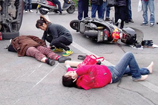 广东惠州车祸一女子被压车底