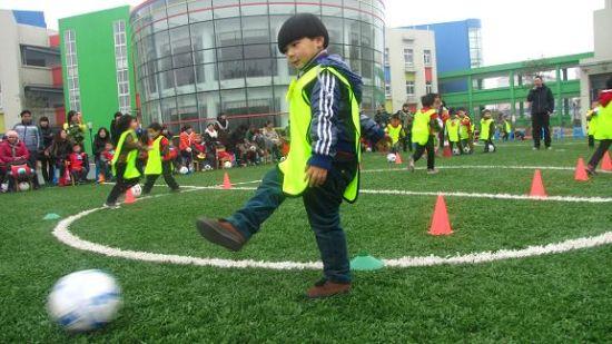 小球员在足球运动中自得其乐   新浪体育讯在富阳,说起校园足球,人们首先想到的一定是春江街道。   春江街道通过数年的努力,辖区内的春江中心小学的校园足球已经风生水起,而且闻名杭州,甚至全省。校园足球已经成为春江中心小学一张名副其实的金名片。   然而,鲜为人知的是,春江的校园足球,似乎有更大的野心。他们不再满足于小学段足球运动的开展和足球文化的渗透,业已将校园足球的触角向幼儿园延伸。   前不久,春江街道中心幼儿园在十周年园庆时举办的我爱足球系列活动,让我们切身感受到浓浓的快乐足球氛围,