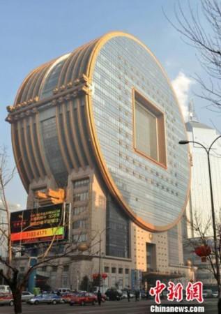对此,沈阳市建筑设计院副院长赵宇认为,建筑审美和流行服装审美一