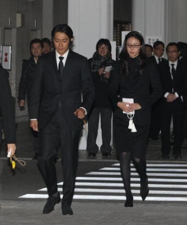 1月10日东京左起反町隆史,松岛菜菜子出席二谷英明守夜仪式