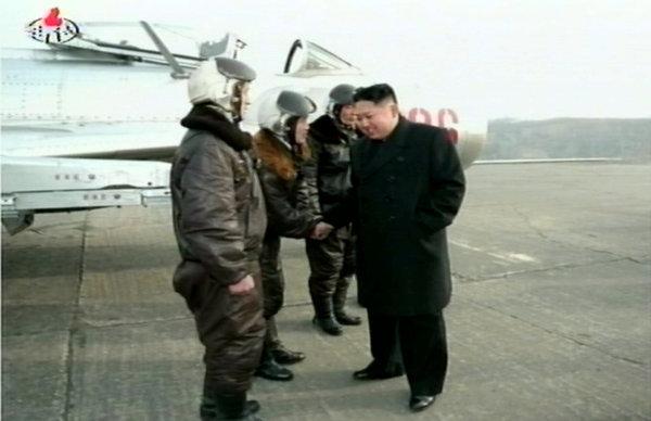 朝鲜人民军空军_金正恩视察朝鲜人民军空军与飞行员热情拥抱