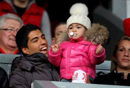 图文-[足总杯]利物浦2-1曼联 苏亚雷斯抱女儿观