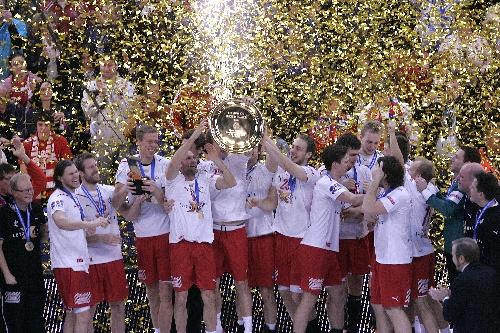 图文:丹麦夺得冠军欧锦赛手球庆祝台上领奖羽毛球并步练习图片