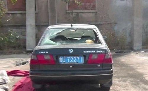 黑色桑塔纳的后车窗玻璃被砸碎高清图片