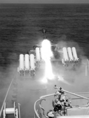 猎潜艇发射深弹(图)