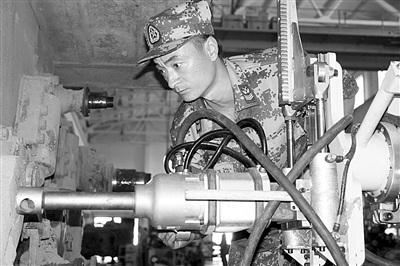 解放军发明新型机械手 1分钟完成坦克底盘手术图片