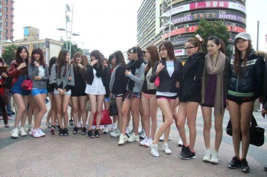 组图:台湾少女发起无裤日活动 宣传节能减碳