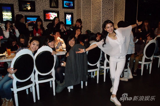 图文:angelababy生日会-angelababy与粉丝合影