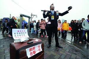 周飞 发型/昨(25)日,这位打扮新潮名叫周飞的行乞者出现在重庆洋人街,...