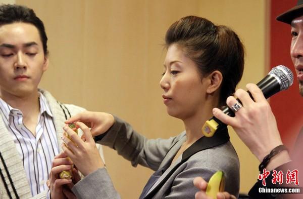 日本前女优红音萤宣传防艾 展示安全套正确使