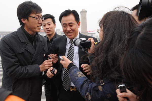 图文:恒大老板参加两会 许家印被记者围住