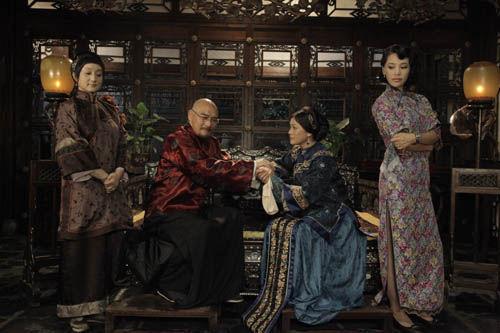 梅乙鹤(左二)与太太们在一起