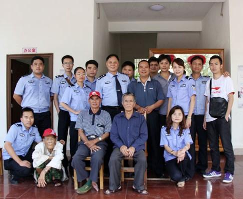 三亚市公安局青年志愿者到敬老院献爱心