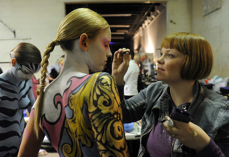大胆人体艺术熟女_高清图:美国大胆时装秀上演另类人体艺术
