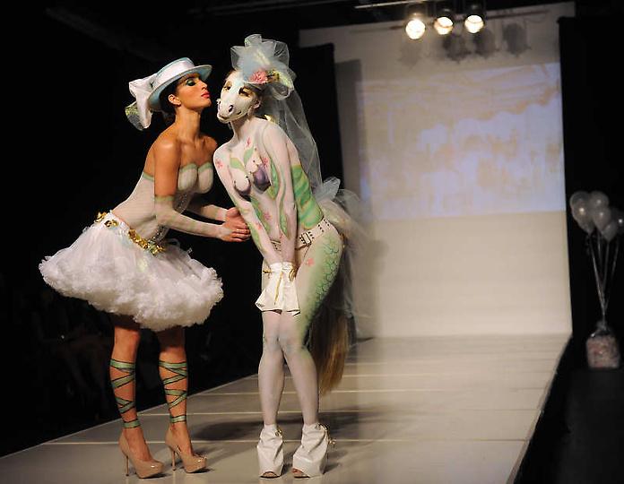 高清图:美国大胆时装秀上演另类人体艺术