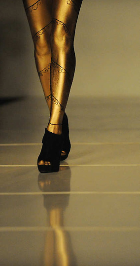 欧美超级人体艺术看了就射_高清图:美国大胆时装秀上演另类人体艺术