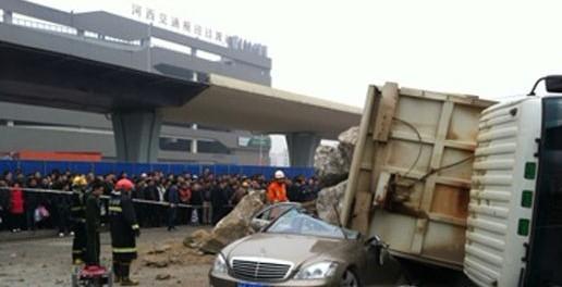长沙西站一辆大货车侧翻 奔驰 被压 2人 遇难高清图片
