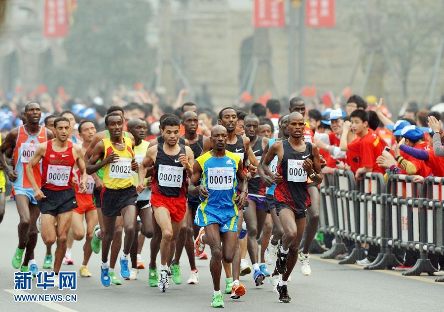 """当日,""""2012重庆国际马拉松赛""""在重庆南滨路开赛.此次比赛高清图片"""