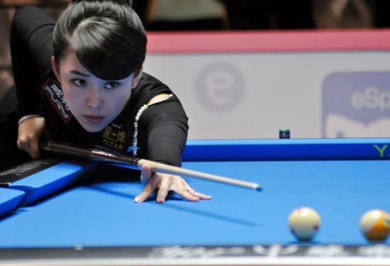 图文-女子台球公开赛潘晓婷晋级4强 比赛中沉着出杆