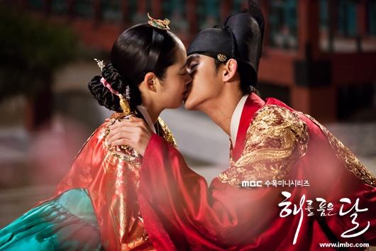 拥抱太阳的月亮》是改编自韩国作家郑恩阙的小说,郑恩阙连续
