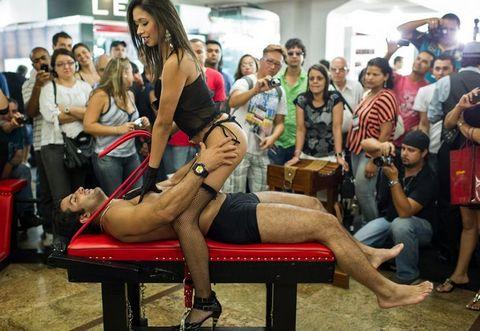 【巴西成人展】当众上演床上激情