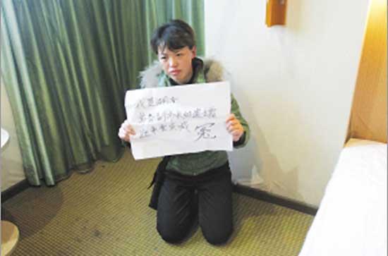 刘月红在重庆跪求媒体。   去年11月26日,湖南武冈市常务副市长杨宽生的尸体在该市武装部生活区内被发现,当地警方在事发2天内做出死亡结论和验尸报告称杨系自杀,但杨的妻子和朋友坚持认为其是被人所杀,他们认为官方结论疑点太多,已于上周一向公安部申请重新调查。   和妻子最后通话称政法委书记要害他   杨宽生的妻子刘月红1月5日在北京接受中国日报记者采访时透露一条最新线索。   事发前一天2009年11月25日晚上,她接到丈夫死前打给她的最后一个电话。他说有两个人要害他,其中一个是邵阳市政法委书记鞠小阳