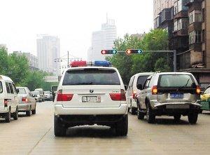 曲靖街头挂着警车牌照的宝马x5