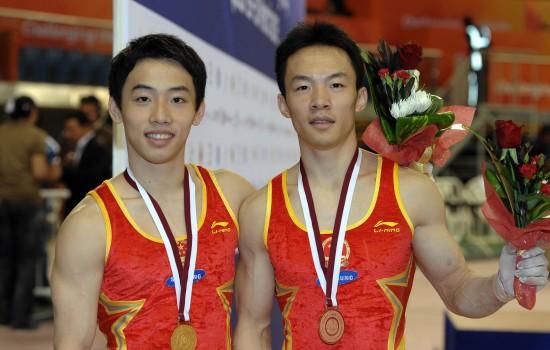 图文-多哈体操挑战赛邹凯单杠折桂 与郭伟阳合影