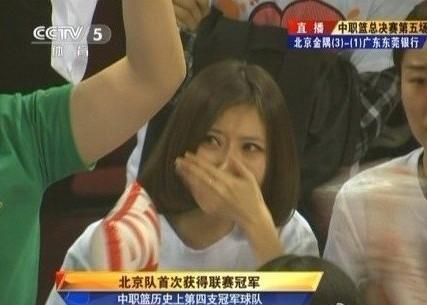 篮球    北京金隅战胜广州队夺得冠军,夺冠现场,一位女球迷激动落泪图片