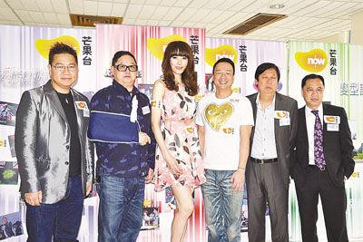 据香港媒体报道,何丽全,王喜,吴雨,林莉,钱国伟等昨天现身某大学作图片