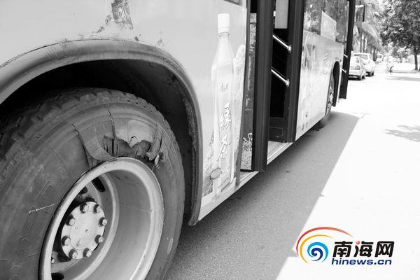 公交车一车轮爆胎