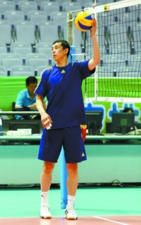 一些排球运动员训练时往往习惯用胶布缠好几支手指