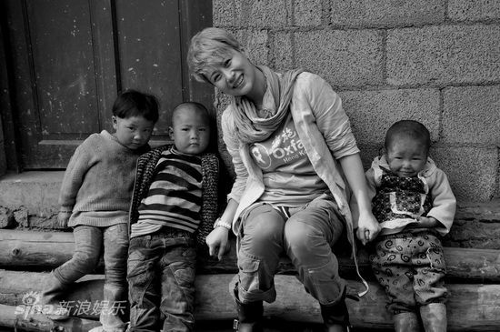 图文:海清探访贵州贫困山区-开心与孩子们合影