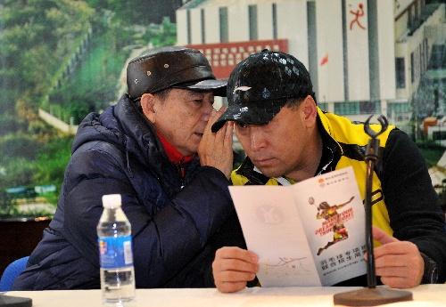 传奇教练汤仙虎青岛招弟子 窃窃私语
