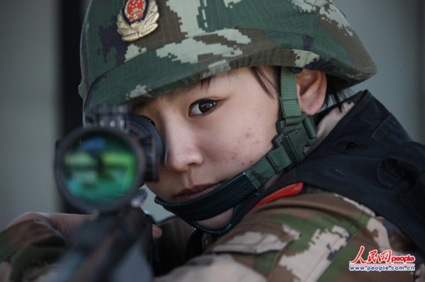 武警部队首批女狙击手之一——女子特警队员.(贾真陈冰摄)-揭秘图片