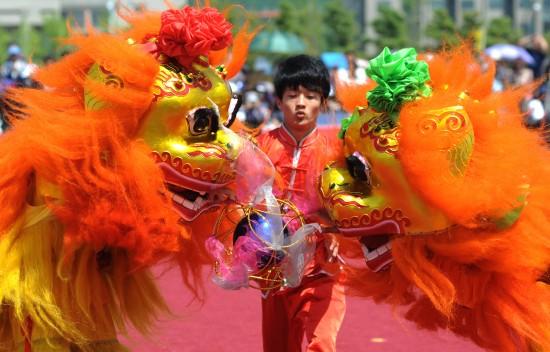 浙江/5月5日,浙江台州学院舞狮队队员在北狮规定套路比赛中。