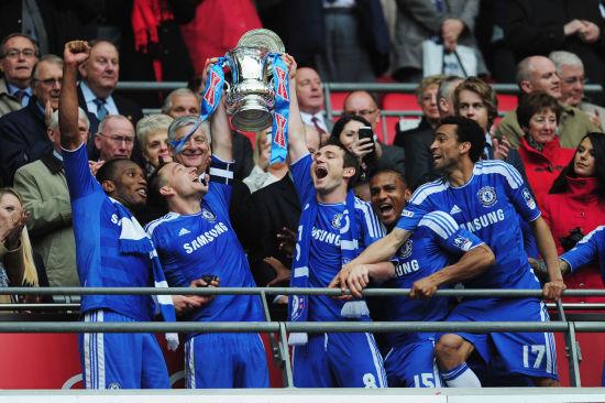 图文-切尔西庆祝拿下足总杯 正副队长举起奖杯