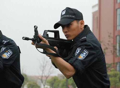...电视剧《特警突击队》正在武汉热拍.该剧以公安特警处置重大...