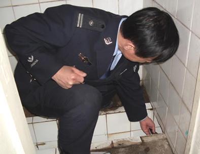 被偷窥���'_女子上厕所被偷拍 照片上传成人网【图文】