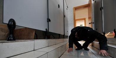 女子上厕所被偷拍 照片上传成人网【图文】