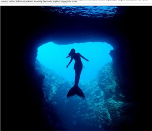 澳大利亚一女子化身美人鱼图片