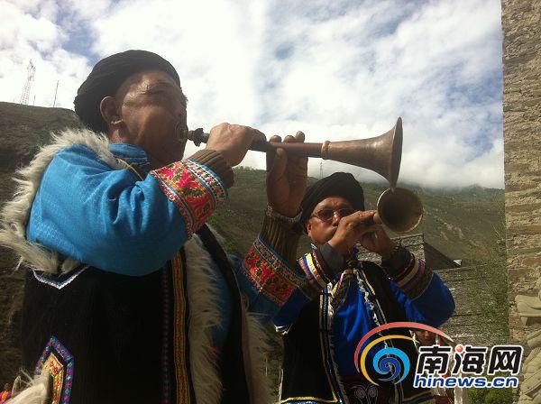川西 汶川/理县桃坪羌寨吹唢呐的老人。民族歌舞表演是当地发展旅游的一个...