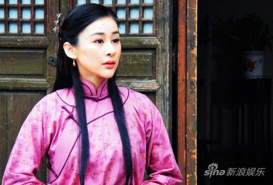 周扬在剧中饰演的茶馆老板娘极具熟女风韵